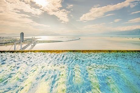 Tại đây bạn có thể vừa bơi vừa thưởng thức pháo hoa từ bể vô cực dát vàng.