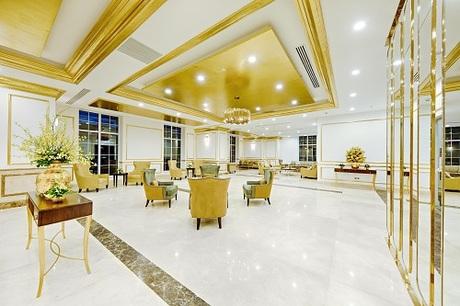 Kiến trúc của khách sạnđược lấy cảm hứng từ sự sang trọng của kim loại vàng và khung cảnh hùng vĩ của vịnh Đà Nẵng.