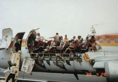 Hành khách rời khỏi máy bay qua cửa thoát hiểm phía trước. Ảnh: Watson.