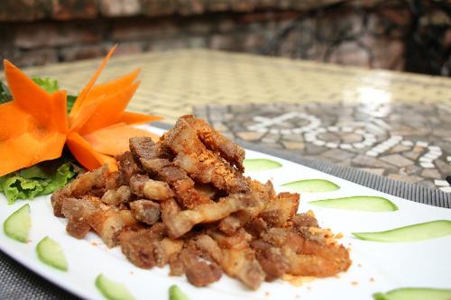Món ba rọi xóc muối ớt được chiên giòn, vàng ươm, ăn rất bắt cơm.