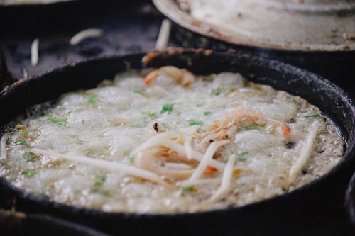 Bánh xèo được làm từ gạo, tôm, thịt. Sau khi lấy gạo xay thành bột, người ta đem bột đổ chung với nước và đúc trong khuôn nhỏ cùng với tôm hoặc thịt, giá. Một lần đúc có thể được 6 chiếc bánh xèo nhỏ.