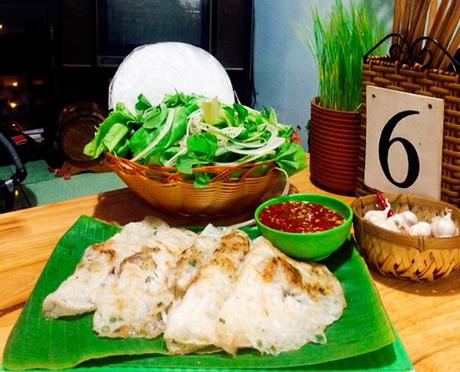 Tại đây, khách có thể lựa chọn bánh xèo mềm hoặc giòn tùy theo sở thích. Bánh xèo ăn kèm với bánh tráng cuốn, rau sống và loại nước mắm đặc trưng của người Quảng Ngãi.
