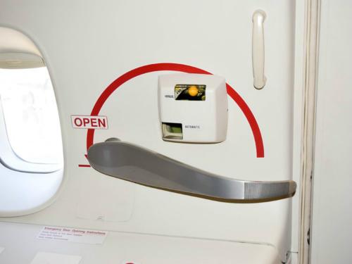 Hành động điên rồ du khách từng làm khi đi máy bay