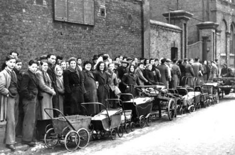 Người dân kéo xe tới một nhà máy chất đốt để mua than cốc. Ảnh: Hartle Pool Mail.