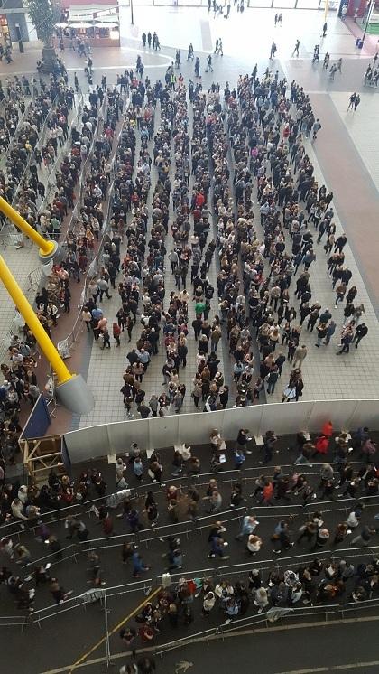 Hàng người đợi check-in trước sảnh trung tâm sự kiện The O2, London, Anh. Ảnh:Andrew Last.