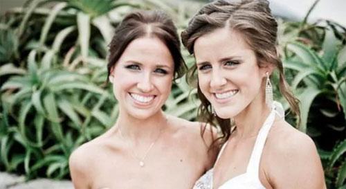 Kate (phải) chụp cùng chị gái Nicole. Ảnh: News.