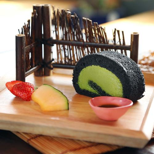 Với set chỉ gồm bánh, hoa quả và đường mật ong, giá là 69.000 - 79.000 đồng. Ngoài ra, khách đến đây còn có thể thưởng thức nhiều loại đồ uống nổi tiếng khác của Nhật như rượu sake, bia, cocktail sakura