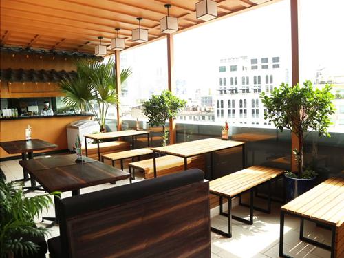 Nhà hàng có không gian rộng, thoáng với nhiều cây xanh, tạo cảm giác mát mẻ trong những ngày oi nóng. Bàn ghế phong cách tối giản, được sắp xếp linh hoạt tùy theo khách đi theo đôi, nhóm bạn hay gia đình.