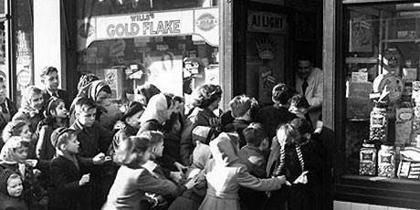 Trẻ em Anh chen lấn trước một cửa hàng bán kẹo. Ảnh:Design C20.