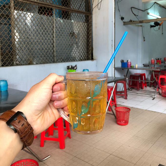Quán cơm 23 năm ở Sài Gòn bán sườn to bằng gang tay