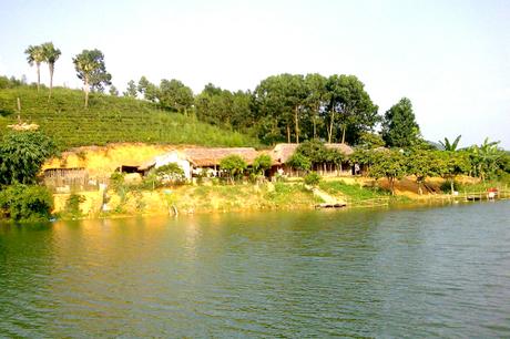 Đầm Ao ChâuThuộc huyện Hạ Hòa, cách thị xã Phú Thọ 50km, cách thành phố Việt Trì 70 km.Ảnh: vietnamtourism.