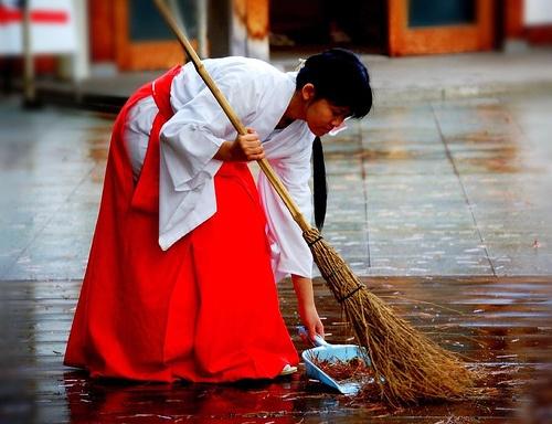 Các Vu nữ (nữ pháp sư) bắt buộc phải là các trinh nữ, có nhiệm vụ chăm sóc ngôi đền. Ảnh: Pinterest.