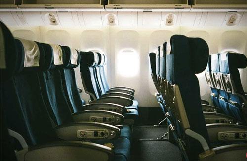 Hành kháchkhó có thể tìm được một chiếc máy bay thông thường nào có hàng ghế đặc biệt như vậy: quay về phía đuôi máy bay. Ảnh: T&L.
