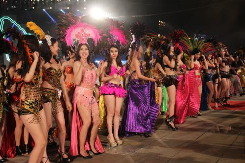 Dàn người mẫu tại Carnaval Hạ Long năm 2016. Ảnh: Minh Cương.