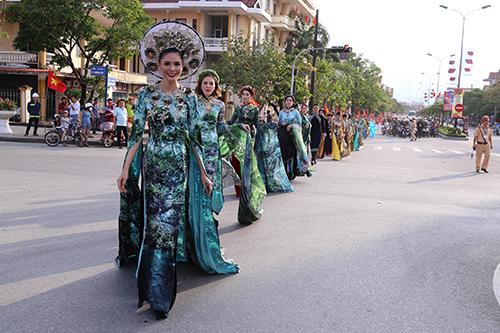 1.000 người diễu hành khai mạc lễ hội du lịch Đồng Hới