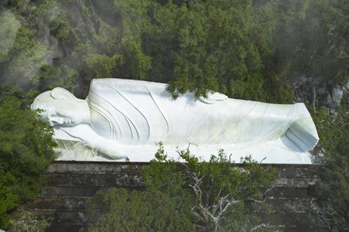 Linh Sơn Trường Thọ Bốn chữ vàng được vua Tự Đức đời thứ 33 sắt phong do Tổ sư Trần Hữu Đức đã có công chữa khỏi bệnh nan y cho hoàng Thái Hậu Từ Dũ đấng sinh thành ra vua.Độc đáo và kỳ bí nhất là di tích Song Lâm Thị Tịch với tượng Phật Thích Ca nhập dài 49m, cao 11m tượng trưng cho 49 năm từ khi Đức phật thành đạo cho đến khi nhập diệt, được làm bằng sức lao động và sự hỗ trợ của đông đảo Phật tử. Tượng được tạo tác nằm nghiêng, lưng tựa vào núi, an nhiên gối đầu lên tay.