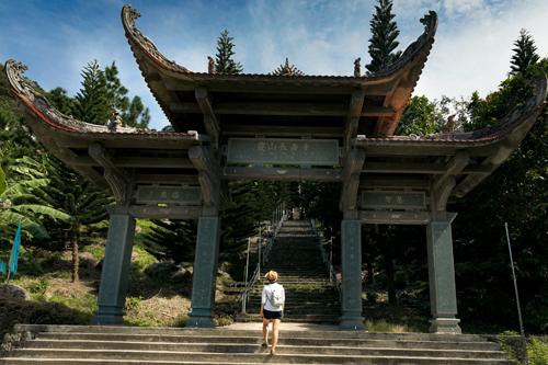 Hệ thống cáp treo đưa du khách đến nhà ga trên núi và men con đường mòn độ vài trăm mét, khách tham quan sẽ nhìn thấy một quần thể: chùa, tháp, tượng Phật và hang động. Di tích Linh Sơn Trường Thọ là ngôi chùa cổ mang đậm nét đặc trưng của kiến trúc Phật giáo, mái chùa điểm xuyến lên nền trời xanh làm nổi bật nét tôn nghiêm. Hai bên tả hữu chùa là hai dòng suối quanh năm nước chảy trong vắt. Năm 1993, Bộ Văn Hóa Thông Tin công nhận núi Tà Cú là danh lam thắng cảnh lịch sử văn hóa cấp quốc gia.