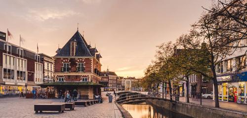 Thành phố cũng được biết đến với tên gọi Luwt, để phân biệt với các phần khác trong tỉnh. Trong nhiều năm trời, các học giả Latin cũng gọi tên thành phố theo tiếng Latin. Do vậy, nó cũng được gọi là Leovardia. Ảnh: Aguide toLeeuwarden.