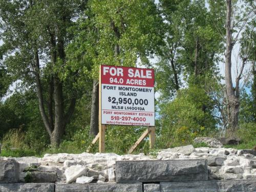 Một bảng hiệu gầnpháo đài cho thấy giá bánpháo đài cộng với mảnh đất rộng hơn 38 halà 2,95 triệu USD. Ảnh:Wikipedia.