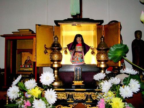 Cũng nhờ con búp bê này mà ngôi đền trở nên nổi tiếng, không chỉ với người dân Nhất Bản, mà còn du khách thập phương. Ảnh:Mysteriousunivers.