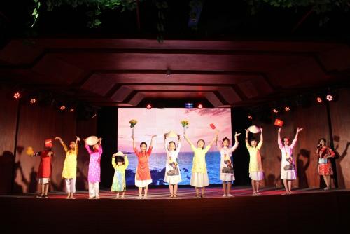 Đây là dịp để bạn nhỏ khoác lên mình chiếc áo đỏ sao vàng, hát vang bài ca Tổ Quốc thiêng liêng,hay trở thành người mẫu nhí trình diễn thời trang Hương sắc Việt Nam.