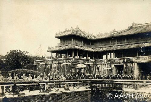 điện Thái Hòa qua Ngọ Môn để đến đàn Nam Giao ở phía Nam kinh thành Huế. ------------ Xem thêm: Ảnh quý về Lễ tế đàn Nam Giao của vua Khải Định, http://vietbao.vn/The-gioi/Anh-quy-ve-Le-te-dan-Nam-Giao-cua-vua-Khai-Dinh/150976486/162/ Tin nhanh Việt Nam ra thế giới vietbao.vn
