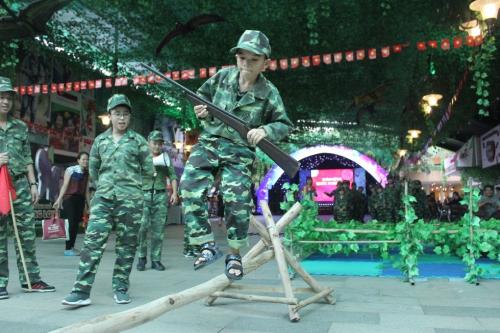 Các bạn nhỏ sẽ cầm súng để chinh phục những thử thách như Băng rừng dây leo, Vượt cầu thăng bằng, Cắm cờ chiến thắng&