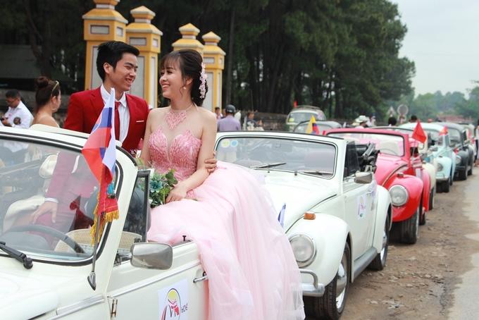 Dàn xe cổ diễu hành trên đường phố chào mừng Festival Huế