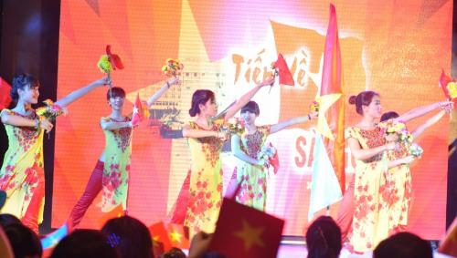 Ngoài những hoạt động thể chất, KizCiti sẽ tổ chức chương trình sân khấu Hào khí Việt Nam để cácgia đình hòa chungniềm vui thống nhất đất nước qua các tiết mục trình diễn văn nghệ sôi nổi.Mỗi âm hưởng, giai điệu trong lời bài hát bừng lên khí thế, niềm tự hào dân tộc.