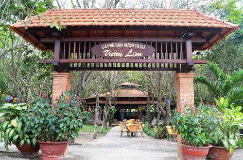 Khu cà phê sân vườn mang tên Vườn Lim có không gian rộng rãi, thoáng đãng, phục vụ các loại đồ uống giải khát đa dạng và phong phú. Đây là nơi lý tưởng để du khách cùng bạn bè, gia đình, người thân trò truyện, họp mặt& Tại đây cũng có khu vui chơi miễn phí dành cho trẻ em với các trò chơi dành riêng cho các bé.
