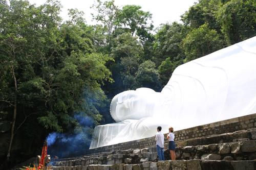 Ngày 2/3/2013, tượng Phật trên núi Tà Cú được Tổ chức kỷ lục châu Á xác lập kỷ lục là tượng Phật Thích Ca Nhập Niết Bàn trên đỉnh núi dài nhất châu Á.Di tích Linh Sơn Trường Thọ đã tồn tại hàng trăm năm (từ năm 1870 đến nay) với những truyền thuyết còn lưu truyền trong nhân gian. Cứ vào dịp giỗTổ sư trần Hữu Đức ngày 5/10 âm lịch hàng năm, khu du lịch lại đón hàng triệu lượt khách về tham quan chiêm bái và thành kính trước mộ tổ.