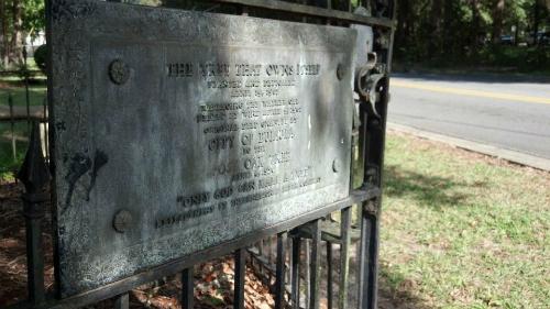 Chứng thư nhượng quyền được treo trên hàng rào cây.Ảnh: AL.