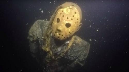 Jason đứng dưới lòng hồ, sừng sững với mặt nạ sắt, tay cầm dao rựa. Ảnh: Odd.