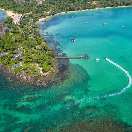 Hệ sinh thái được bảo tồnQuang cảnh nơi đây không chỉ giữ đượcnét nguyên sơ, mà còn sỡ hữu vô số loại cây và thảo mộc quý hiếm.Với điều kiện thổ nhưỡng và môi trường trong lành,san hô biển Phú Quốc đa dạng và rực rỡ sắc màu. Nam Nghi là một trong những resort đưa kế hoạch bảo tồn san hô làm tiêu chí hàng đầu. Không cần đi đâu xa, bạn có thể lặn ngắm san hô chung quanh khu vực Rock Island Club và chocá ăn. Bạn sẽ ngạc nhiên khi thấy từng đàn cá bơi lội dưới làn nước trong xanh theo từng bước chân.