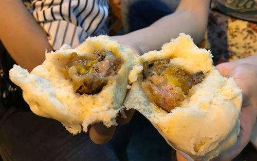 Hàng vỉa hè bán bánh bao đắt ngang bát phở ở Hà Nội