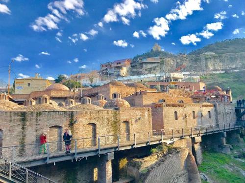 Old Town Metechi  tham quan một trong những khu vực dân cư sớm nhất của thành phố Tbilisi, thủ đô của quốc gia Georgia, nơi được khai sinh từ thế kỉ thứ 5 và trở thành vị trí chiến lược trên cung đường tơ lụa nổi tiếng nối liền giữa châu Âu và châu Á
