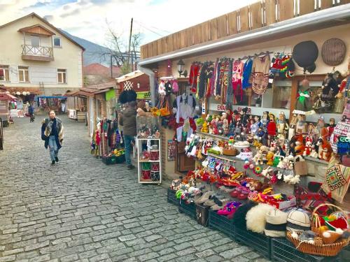 Con đường quanh co dẫn qua hàng trăm cửa hàng lưu niệm quanh nhà thờ Svetitskhoveli.