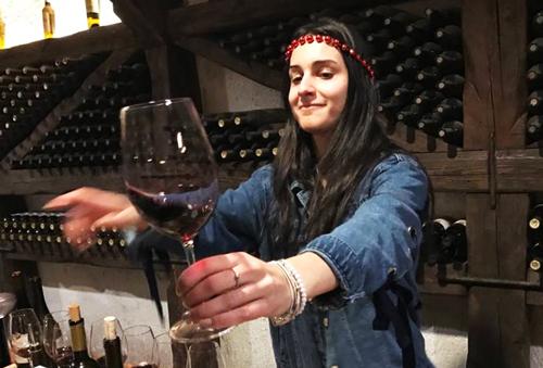 Nữ hướng dẫn viên 21 tuổi người Georgia mời khách thử rượu.