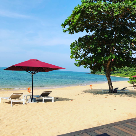 Bãi biểnbiệt lập Bạn có thể tắm tại bãi biển và hồ bơi của resort hay đi tàu qua Rock Island Club vừa hưởng thụ cảm giác mênh mông đại dương, ngắm ánh hoàng hôn vàng lăng tăng sóng biển, tắm nắng và hòa giữathiên nhiên, biển trời.