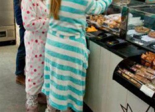 Mặc đồ ngủ đi ăn buffet: xu hướng gây phản cảm