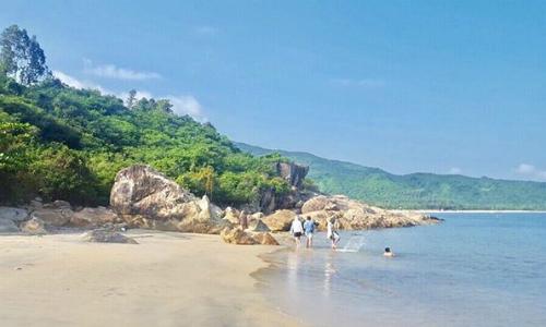 Làng VânLàng Vân là một ngôi làng nhỏ nằm ở ven biển Đà Nẵng, ngay dưới chân đèo Hải Vân. Nơi đây sở hữu khung cảnh hoang sơ tuyệt đẹp, rất phù hợp cho những chuyến đi cắm trại cuối tuần. Làng Vân trước đây còn gọi là làng phong, một ngôi làng nhỏ nằm dưới chân đèo Hải Vân, là nơi cư trú của những người bị bệnh phong sống tách biệt với thế giới bên ngoài.Ảnh: dieusmile.