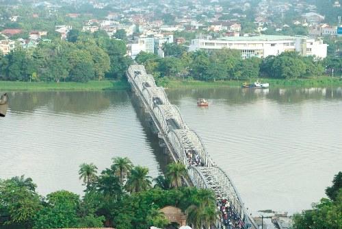 Cầu Trường Tiền, một trong những biểu tượng của xứ Huế nằm trên logo quảng bá du lịch Huế. Ảnh: Võ Thạnh