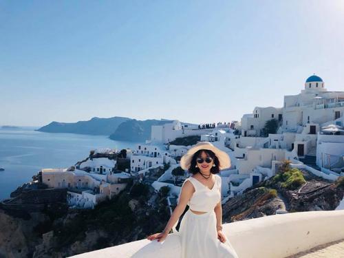 Những ngôi nhà xanh trắng cheo leo trên sườn núi là đặc sản của Santorini.
