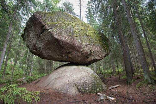 Hòn đá khổng lồ luôn giữ được thăng bằng. Ảnh: ancient-origins.