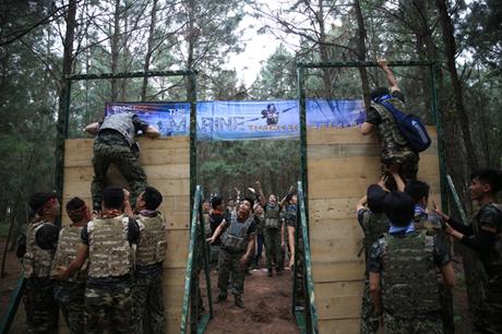 Vượt chướng ngại vật với độ cao 2,5 m yêu cầu thể lực và tinh thần đồng đội cao.
