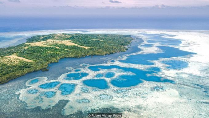 Hòn đảo sử dụng đồng xu to hơn cả người