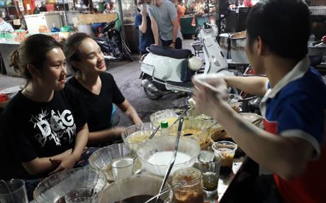Nhiều bạn trẻ đến quán chè ở chợ Thành Công để thưởng thức cốc chè mà chị Nguyệt thảo mai trong Phía trước là bầu trời đã bỏ mặc cả người yêu để ăn một mình.