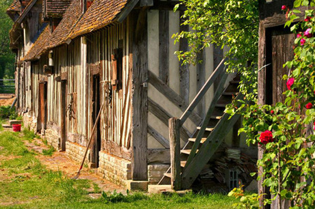 Vùng Normady của Pháp là địa điểm ở nước ngoài thứ hai Putin ghé thăm. Những điểm đến mà du khách không thể bỏ lỡ khi ghé thăm vùng tây bắc nước Pháp này là nhà thờ của Người chinh phạt, thị trấn Bayeux, chiêm ngưỡng tấm thảm thêu The Bayeux Tapestry ở bảo tàng Bayeux. Tấm tranh thêu dài 70m, rộng 50 cm này đã kể lại câu chuyện lịch sử về trận chiến nổi tiếng Hasting. Ảnh: Tripsavvy.