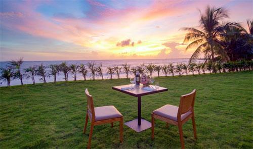 Gấu rất thích ngồi trên cỏ và ăn tối cùng mẹ, ngắm hoàng hôn và nhìn ra biển ở khách sạn Seashells.