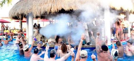 Quầy bar khách sạn được đặt ngay cạnh bể bơi khổng lồ. Mọi người vừa có thể bơi lội, vừa nhâm nhi các ly coctail được bồi bàn phục vụ tận nơi. Ảnh: Instagram.